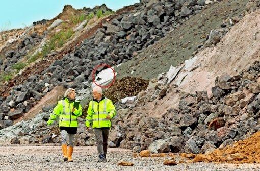 Rundgang mit Folgen: wie viele solche beschädigten Plastikpäckchen (mutmaßlich mit Asbest gefüllt) hat die AVL übersehen? Foto: factum/Archiv
