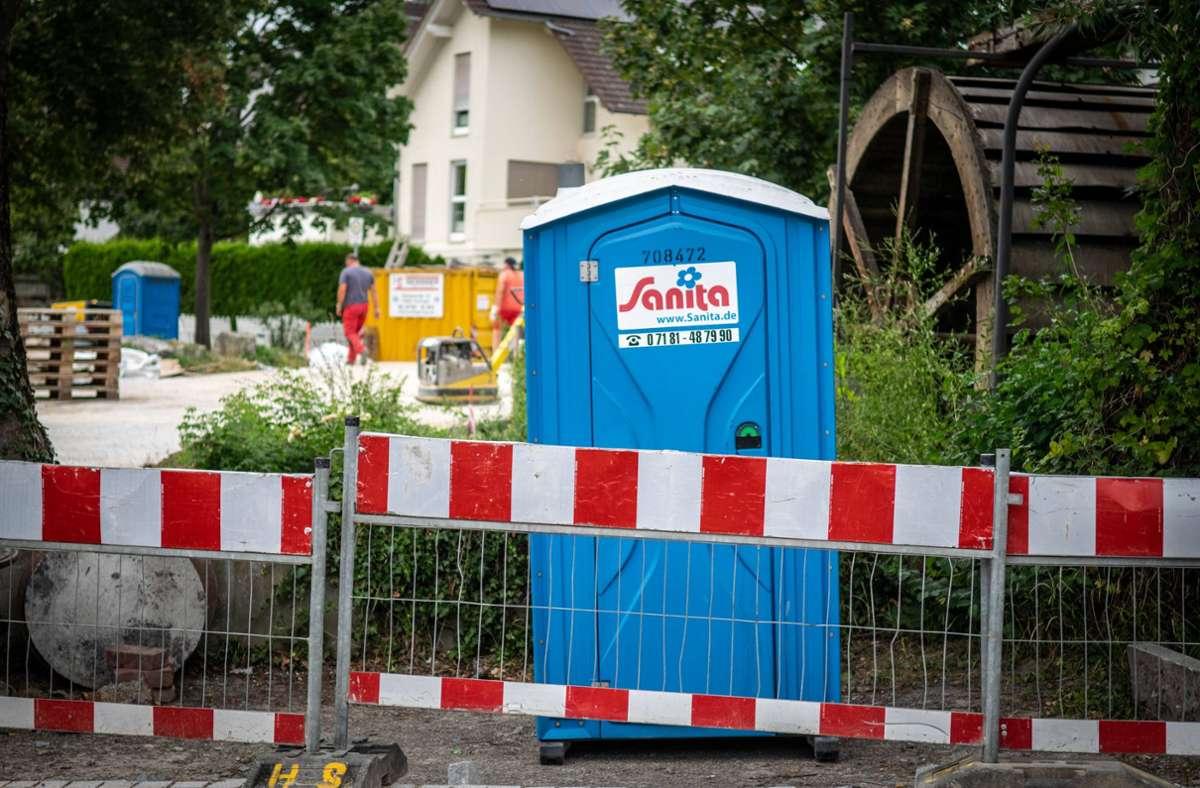 An einer Baustelle im Stadtkern sollen die Randalierer das Dixi-Klo samt Inhalt umgeschmissen haben. Foto: 7aktuell.de/Nils Reeh/7aktuell.de | Nils Reeh