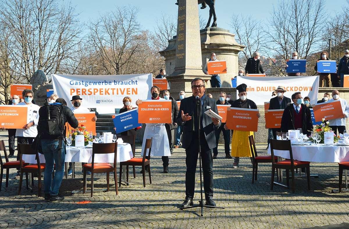 Demo auf dem Karlsplatz: Dehoga-Vorsitzender Fritz Engelhardt fordert konkrete Öffnungsperspektiven. Foto: Dehoga BW