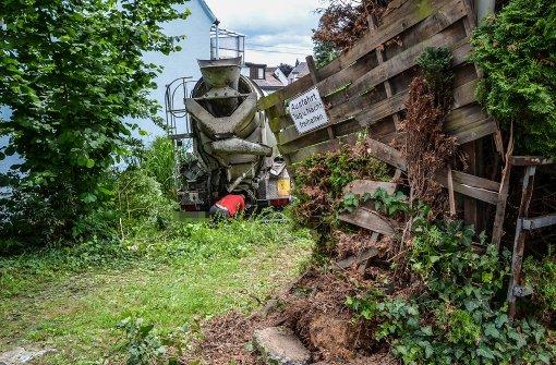 Betonmischer rauscht in Gartenteich