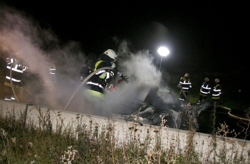 Der Wagen des Mannes brannte nach dem Unfall aus. Foto: dpa/Wilhelm Bartler