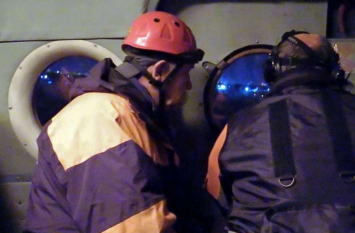 Ein Rettungsteam des russischen Katastrophenministeriums bei der Suche. Foto: dpa/Russia Emergencies Ministry