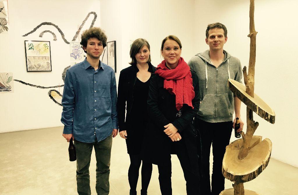 Bei der Eröffnung von In Between steht ABK-Rektorin Petra von Olschowski (3.v.l.) zwischen den Künstlern der Werke Michael Schramm, Leonora Ruchay und Jonas Ried (v.l.). Foto: Tanja Simoncev