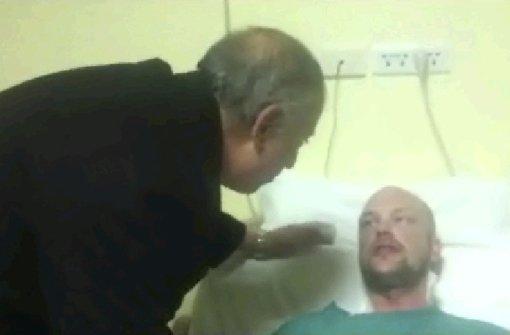 Der Gouverneur der Region am Roten Meer besucht eins der Opfer im Krankenhaus.. Foto: dpa