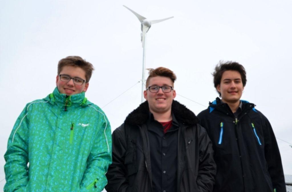 Benedikt Weger, Timo Klügel und Ben Haase (von links) haben das Windrad auf dem Dach der FES aufgestellt. Foto: Sandra Hintermayr
