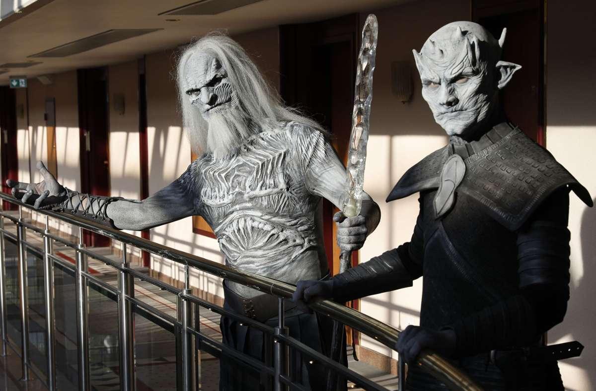 """So wie diese Cosplayer warten Millionen Fans in aller Welt darauf, dass es mit """"Game of Thrones"""" endlich weiter geht. Foto: imago images/Future Image/Tschiponnique Skupin"""