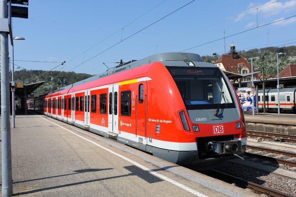 Schick, rot, störanfällig: der ET 430 hat der Stuttgarter S-Bahn ein Imageproblem beschert. Eindrücke von den neuen S-Bahnen zeigen wir in der Fotostrecke. Foto: PPFotodesign