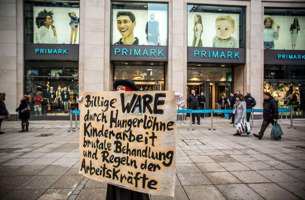 Mit solchen Schildern haben Aktivisten am Dienstagvormittag gegen die neue Primark-Filiale auf der Stuttgarter Königstraße demonstriert. Foto: Lichtgut/Leif Piechowski