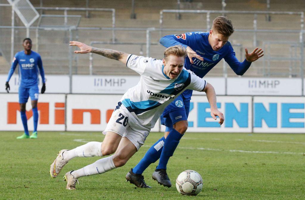 Das Hinspiel in Stuttgart zwischen den Kickers und dem FSV 08 Bissingen endete 1:1 – hier kämpfen Alexander Götz (li.) und Kickers-Mittelfeldspieler Nico Blank um den Ball. Foto: Baumann