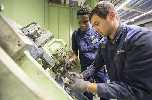 Daimler will mehr Flüchtlinge als Praktikanten beschäftigen
