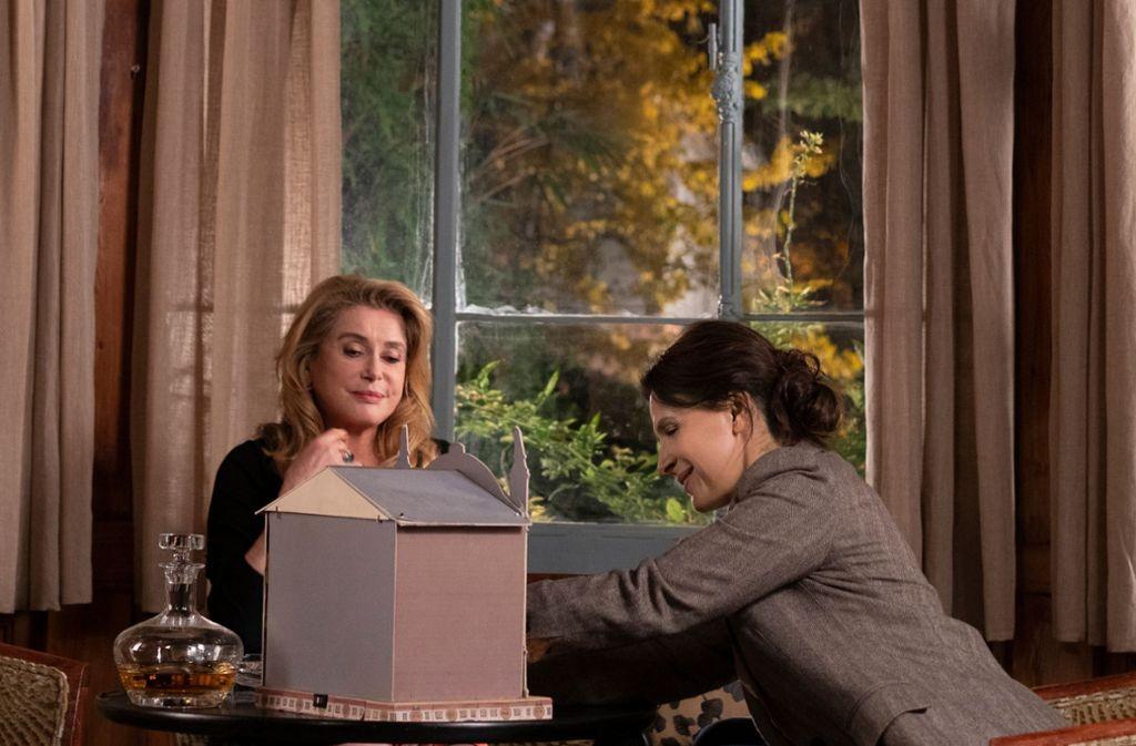 """Mama hat Memoiren geschrieben: Catherine Deneuve (links)  und Juliette Binoche in """"La Verité"""". Foto: Verleih"""
