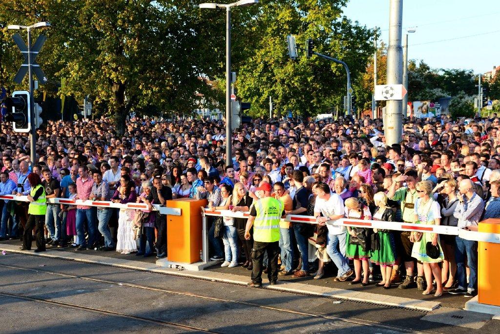 Am Freitagnachmittag musste die Polizei das Cannstatter Volksfest wegen Überfüllung sperren. Foto: www.7aktuell.de |