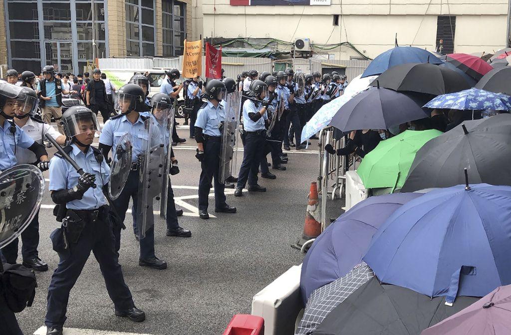 Hunderte von Demonstranten umzingelten den Regierungssitz in Hongkong, während sich die Regierung darauf vorbereitete, die Debatte über ein höchst umstrittenes Auslieferungsgesetz zu eröffnen. Schließlich wurde die Lesung verschoben. Foto: dpa