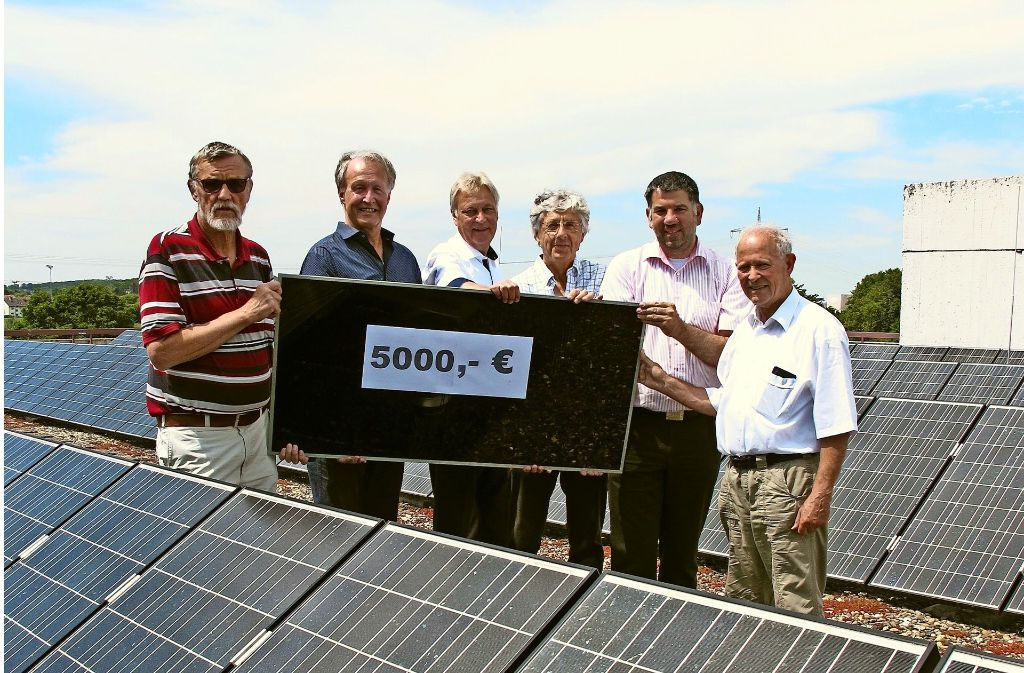 Gerhard Haag (links) nimmt eine Spende des Vereins LE Solar entgegen. Foto: Malte Klein