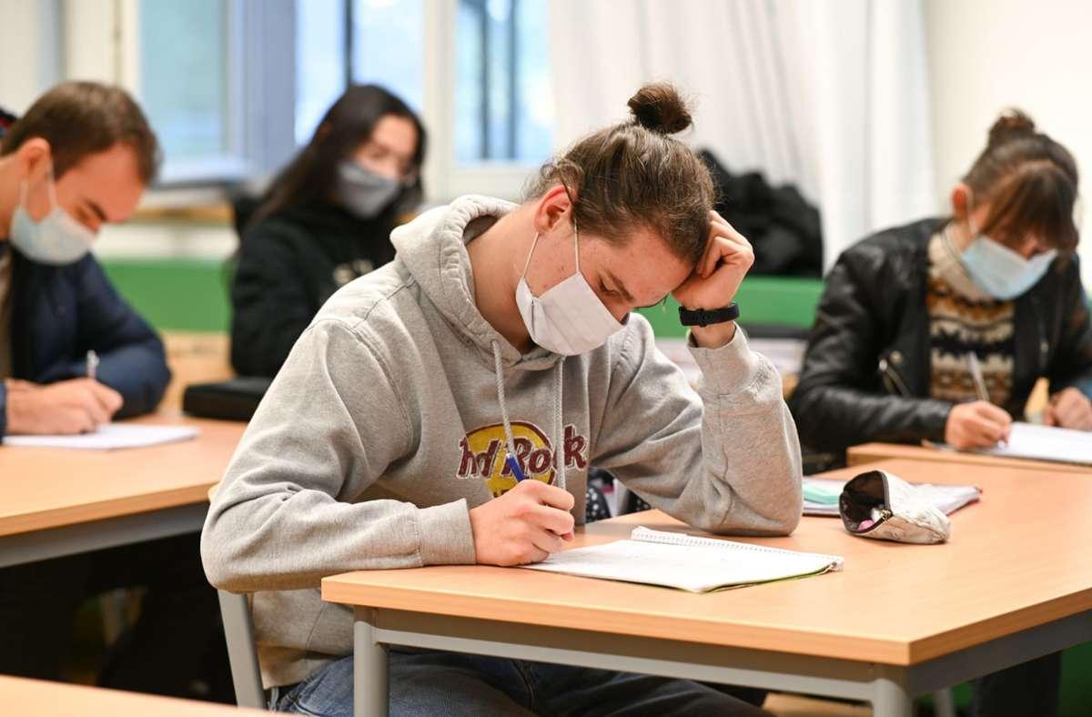 Die Länder sollen bis zur kommenden Woche einen Vorschlag vorlegen, wie Ansteckungsrisiken im Schulbereich weiter reduziert werden können. (Archivbild) Foto: dpa/Felix Kästle