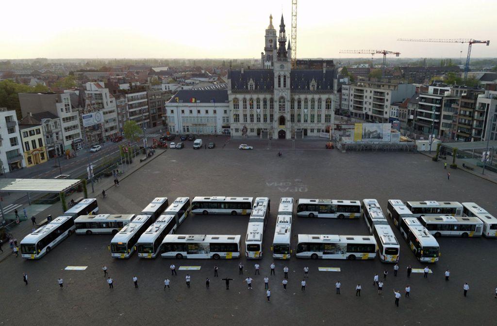 Ruhender Verkehr in Belgien: Auf dem Marktplatz von Sint-Niklaas haben sich Busse zu dem Wort Hoop, zu deutsch Hoffnung, formiert. Foto: dpa/BELGA