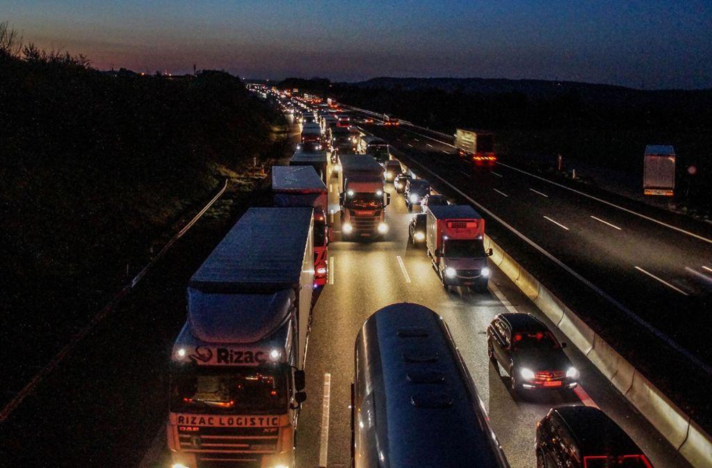 Viel Geduld brauchen Autofahrer am Mittwochmorgen auf der A8. Foto: dpa