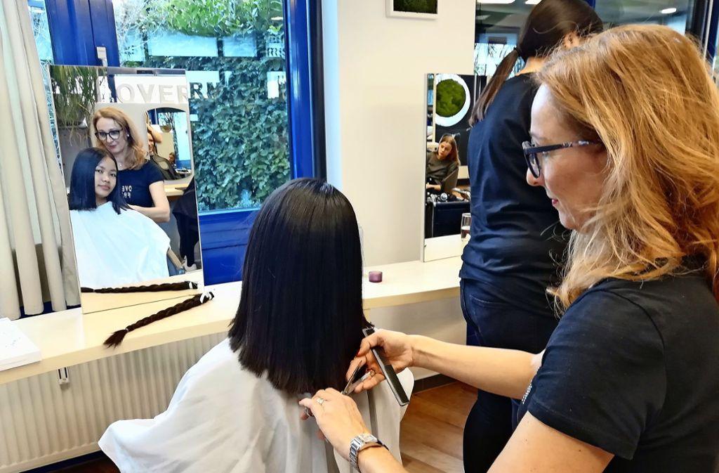Chin Dederer – hier mit Friseurmeisterin Manuela Overmann-Frey – hat sich ihre über viele Jahre gewachsenen langen Haare abschneiden lassen. Foto: /Ralf Recklies