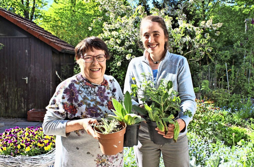Irmgard Nowak erhält Unterstützung von Heike Walter. Foto: Caroline Holowiecki