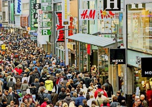 Menschenmassen im Zentrum: wie hier in Köln sieht es an manchen Tagen auch in anderen deutschen Großstädten aus. Foto: dpa