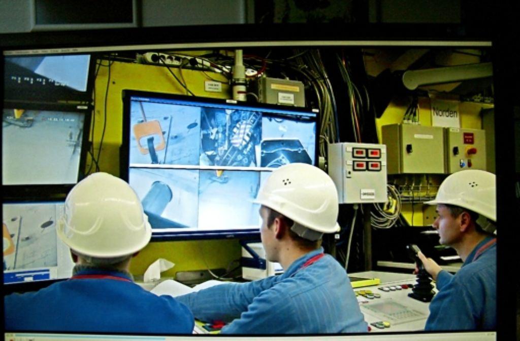 Vom Demontageleitstand aus werden die Anlagen im Reaktorbehälter ferngesteuert abgebaut.  Die weitere Zerkleinerung erfolgt in Handarbeit in einer Spezialhalle. Foto: WAK