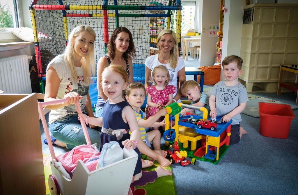 Anna Prokein (rechts) betreut im Rockzipfel  mit Unterstützung aktuell neun Kinder von Null bis drei Jahren betreut. Foto: Lichtgut/Achim Zweygarth