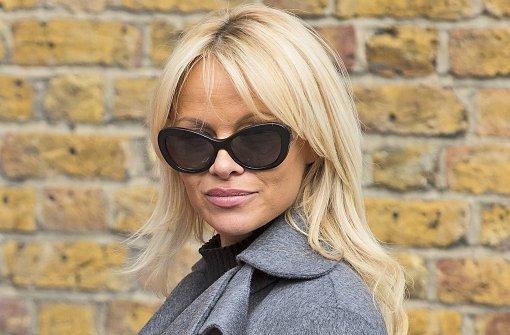 Pamela Anderson bringt Julian Assange Essen