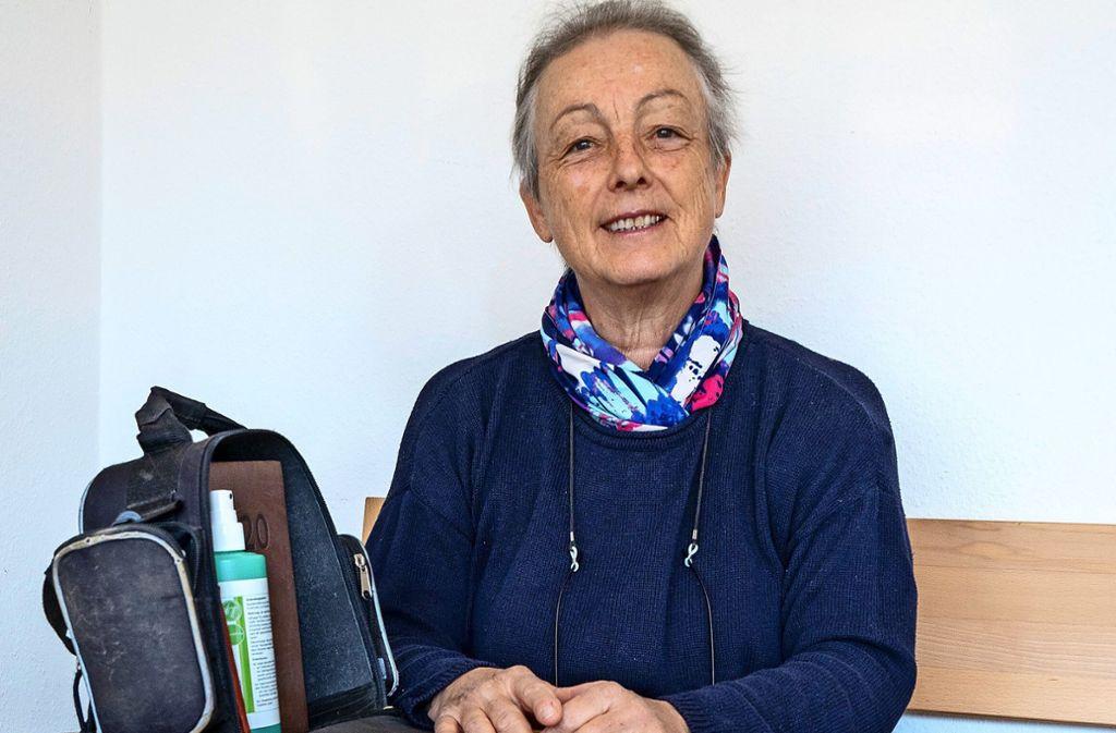 Ein Buch und  das Handy bereit und die Tasche  gepackt: Anna-Lena Frey steht als Seelsorgerin parat. Foto: factum/Jürgen  Bach