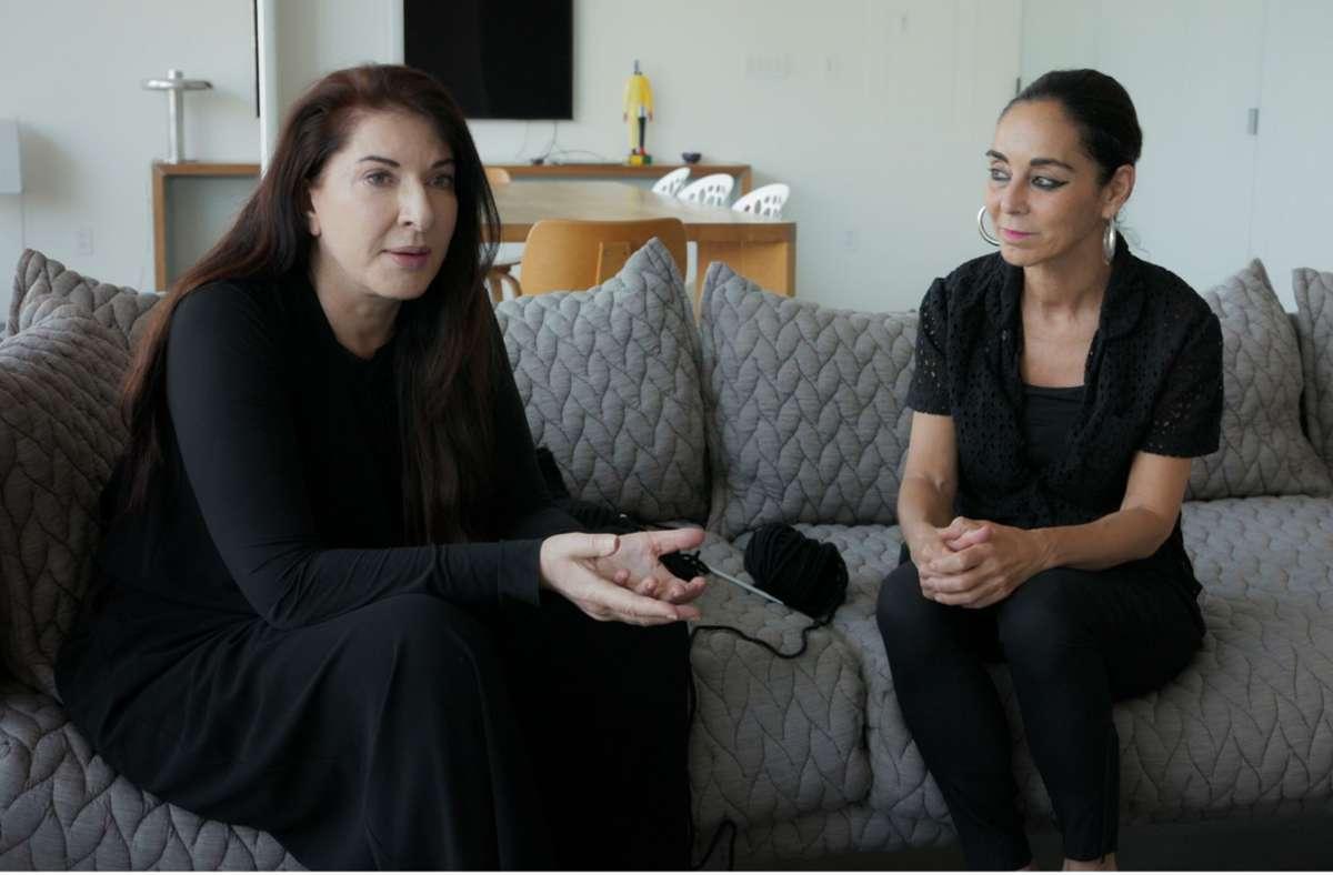 Ein wunderbar intimer Moment: Die Serbin Marina Abramovic (links) und die Perserin Shirin Neshat begegnen sich und diskutieren über weibliche Kunst. Foto: Verleih
