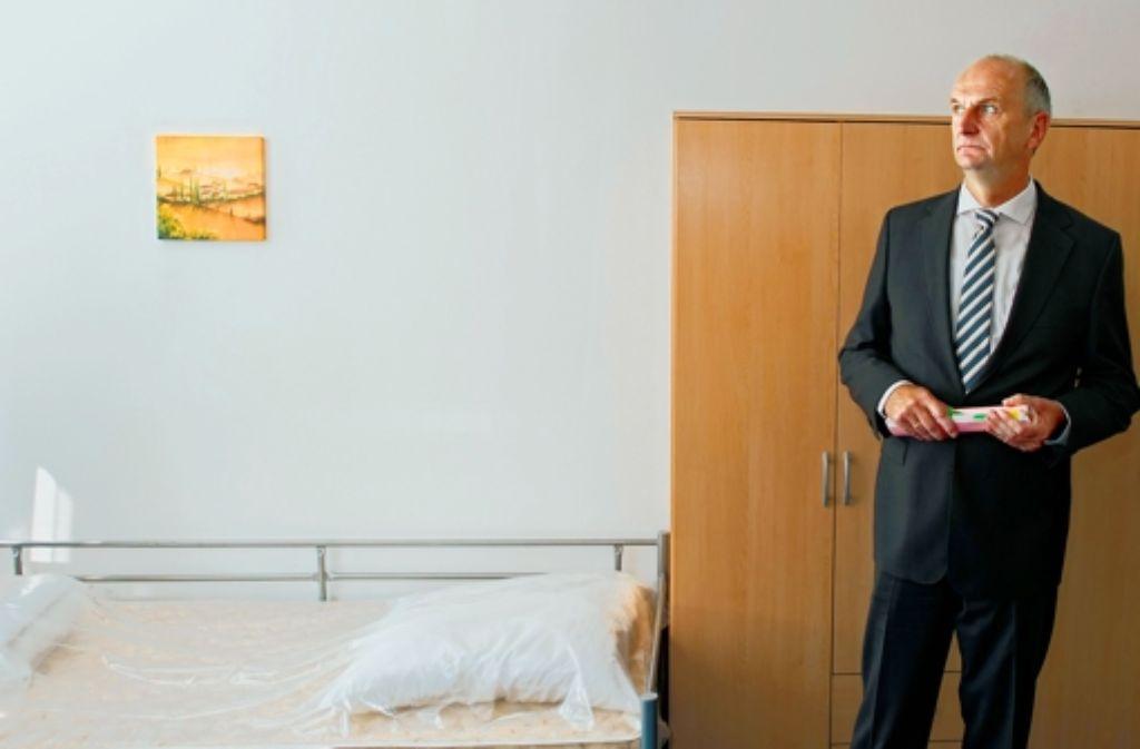 Brandenburgs Innenminister Dietmar Woidke zeigt die Ausstattung. Foto: dpa