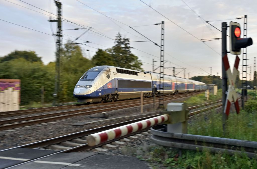 Der erste TGV rast im gewohnten Tempo über die frisch reparierte Havariestelle bei Rastatt. Foto: Jehle