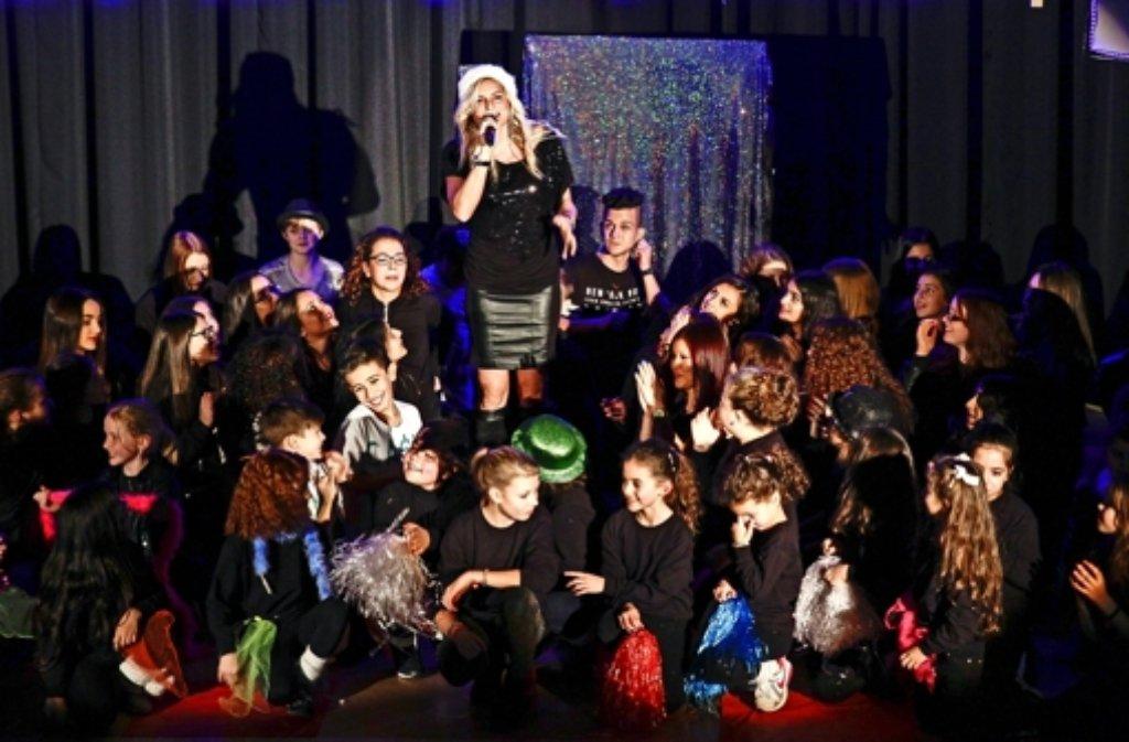 """Katrin Rykala, in der Rolle der Moderatorin  Marijke Amado, präsentiert mit den Siesta-Kids eine  gelungene und vielapplaudierte """"Mini Play-back-Show"""". Foto: factum/Bach"""