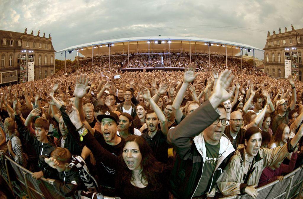 Fans beim Auftritt der Fantastischen Vier  bei den Jazz Open im Sommer 2018 auf dem Schlossplatz in Stuttgart. Foto: Lichtgut/Leif