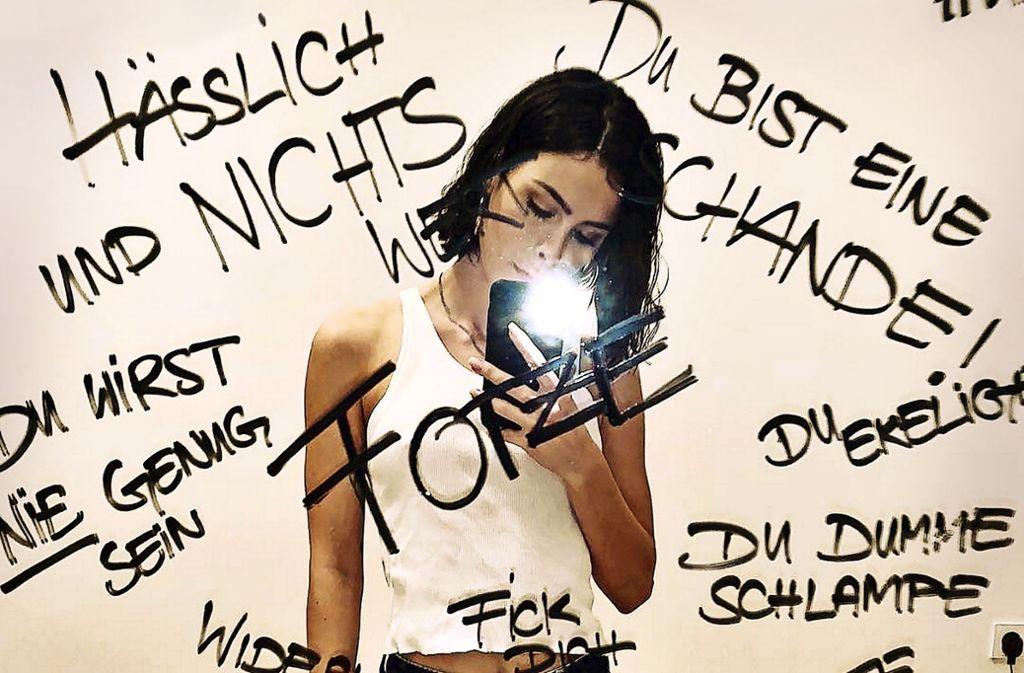 Ihre 2,5Millionen Instagram-Abonnenten konfrontierte die Sängerin Lena Meyer-Landrut im November mit diesem Selfie vor einem Spiegel. Darauf hatte sie einige der Beleidigungen geschrieben, denen sie täglich ausgesetzt ist. Foto: Instagram