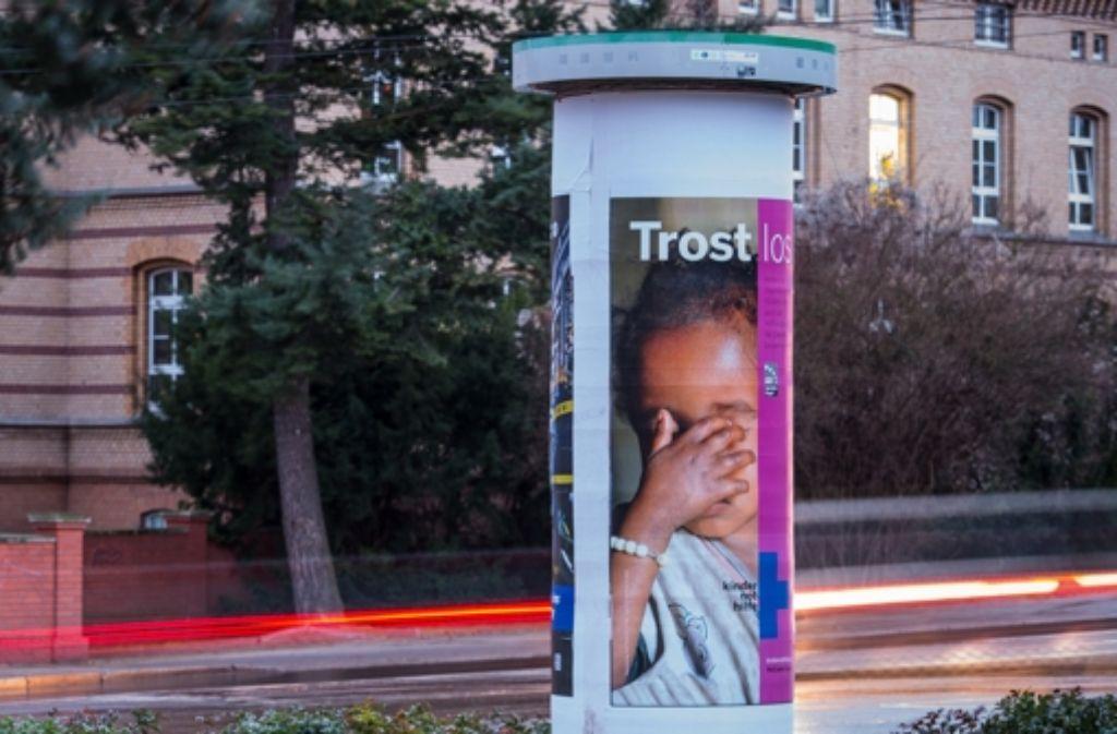 Trotz ständiger News auf dem Smartphon: Litfaßsäulen werden beachtet. Foto: dpa
