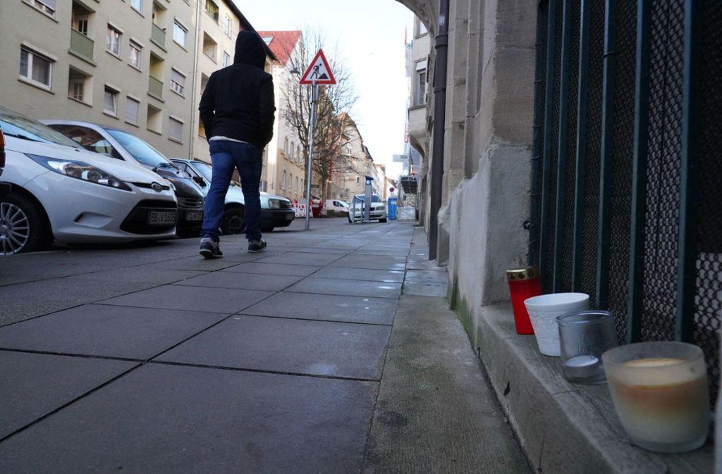 Der Tatort in der Forststraße: Kerzen erinnern an das Opfer. Foto: Fotoagentur Stuttgart/Andreas Rosar
