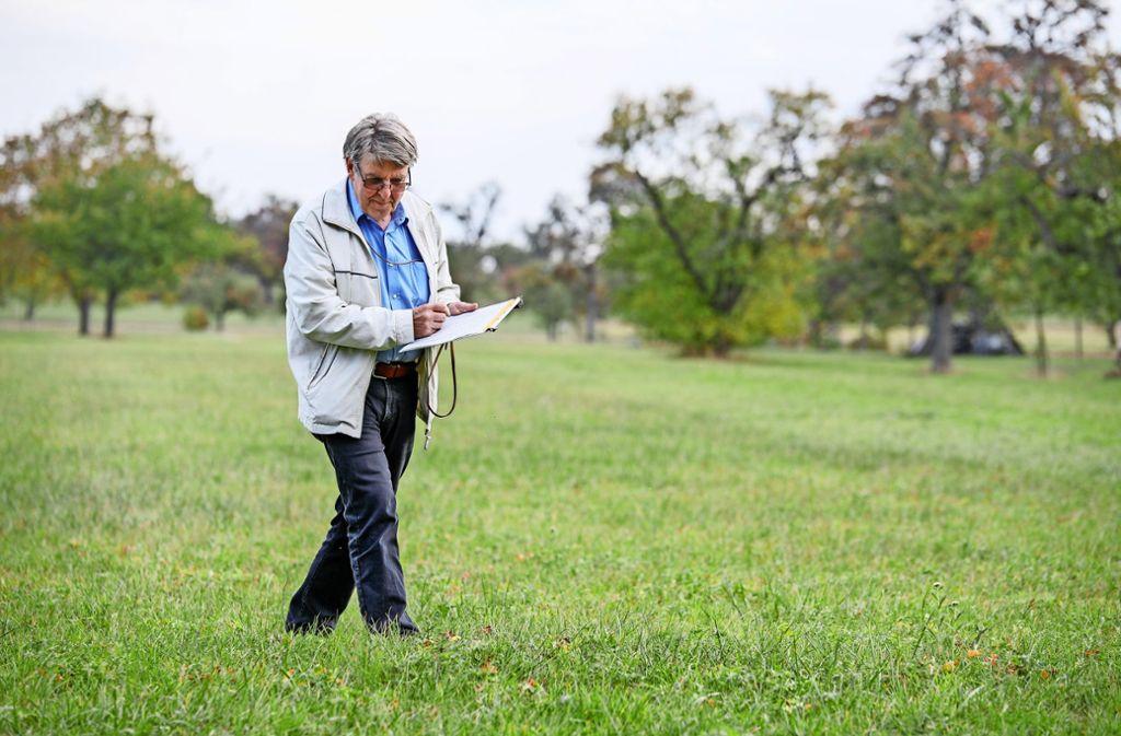 """Am Ende von Reinhard Böckers Studien in Wald und auf Wiesen steht  das wissenschaftliche  Schriftwerk  über  die """"Flora für Filderstadt"""". Foto: Thomas Krämer"""