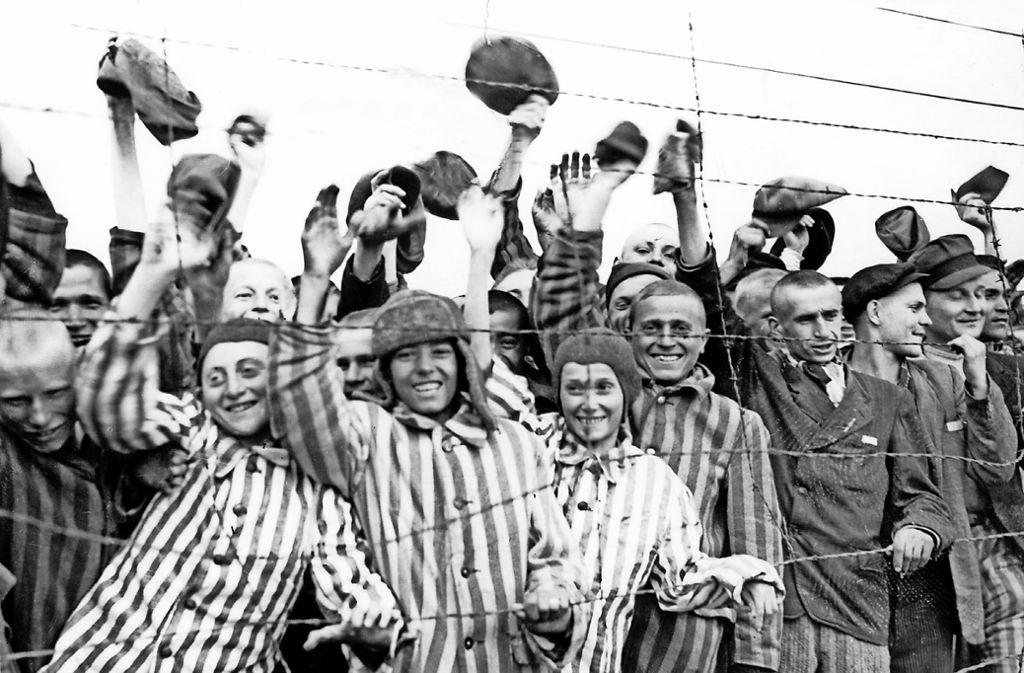 Nach der Befreiung des Konzentrationslagers Dachau durch amerikanische Truppen am 30. April 1945 jubeln die Insassen ihren Befreiern zu. Foto: dpa