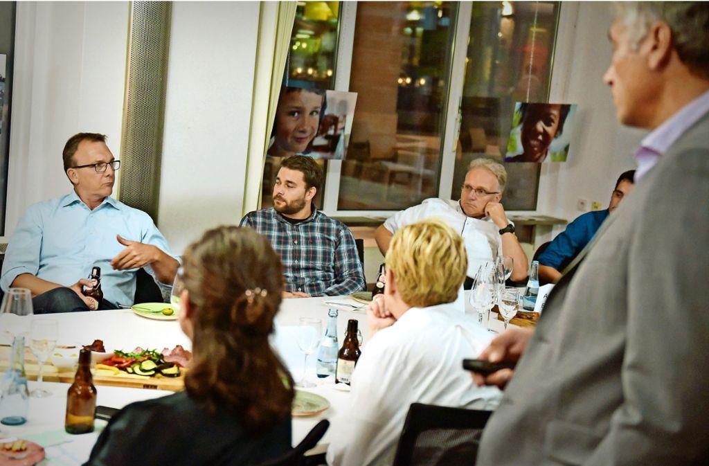 Martin Huttenlocher (links) im Gespräch mit  CvD, Frank Schwaibold (stehend). Christoph Scharf, Andreas Engelke,  Lukas Robert hören gespannt zu. Foto: Lichtgut/Max Kovalenko