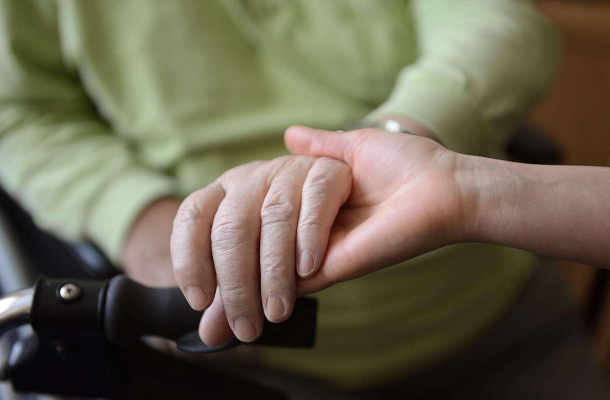 Kontaktauflagen für Pflegeheime werden gelockert. Foto: dpa/Jens Kalaene