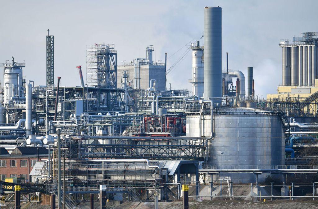 Mit Verlusten haben die Aktien des Chemieriesen BASF am Montag auf die gesenkte Jahresprognose des Unternehmens reagiert. Foto: dpa