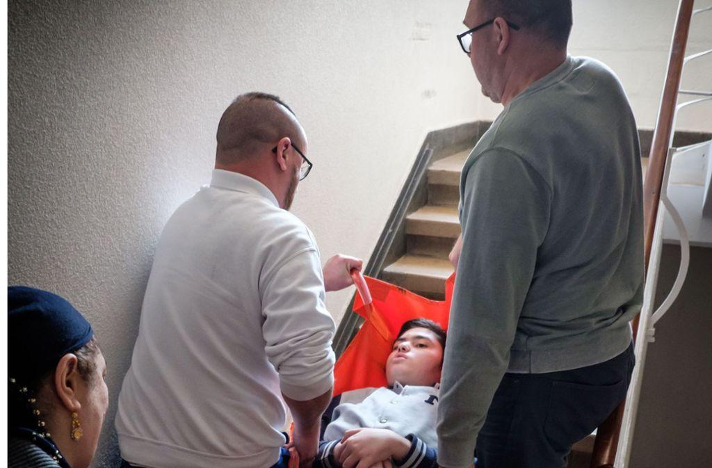 Um H. nach oben zu bringen, braucht es zwei Männer und die Mutter. Foto: Lg/Achim Zweygarth