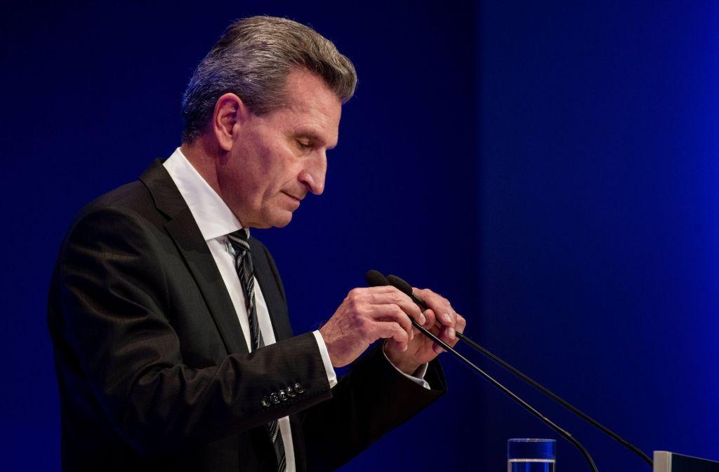 """Zwei Wochen nach der """"Schlitzaugen""""-Affäre muss sich EU-Kommissar Oettinger erneut gegen Vorwürfe wehren. Foto: dpa"""