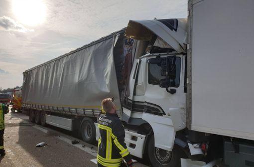 Lastwagen kracht gegen Sattelzug – kilometerlanger Stau