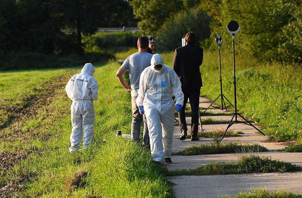 Ermittlungen am Fundort: Mittlerweile hat die Polizei die Leiche identifiziert. Foto: dpa