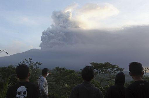 Rauch und Asche auf vier Kilometern Höhe
