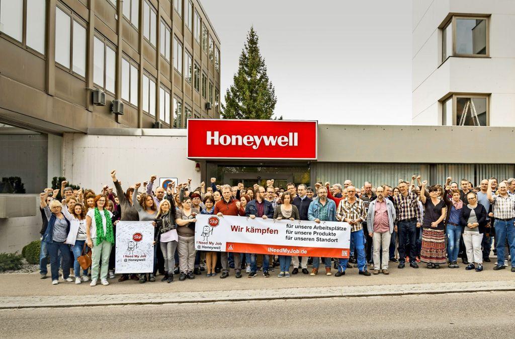 Zum Protestfoto stellten sich weit mehr Mitarbeiter vor das Werktor, als von den Streichplänen der Firma betroffen sind. Foto: privat