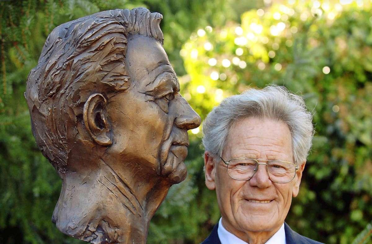 Schon zu Lebzeiten in Bronze gegossen: Die massive Büste, das Geschenk eines Förderers, hat   Hans Küng in den Garten seines Tübinger Hauses verbannt. Foto: dpa/Bernd Weissbrod