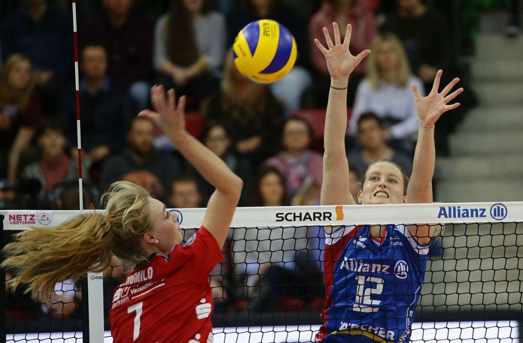 Allianz MTV Stuttgart (blaues Trikot) gegen Dresdner SC ist ein mögliches Finalduell im Volleyball, das viel Zündstoff bieten würde. Foto: Baumann