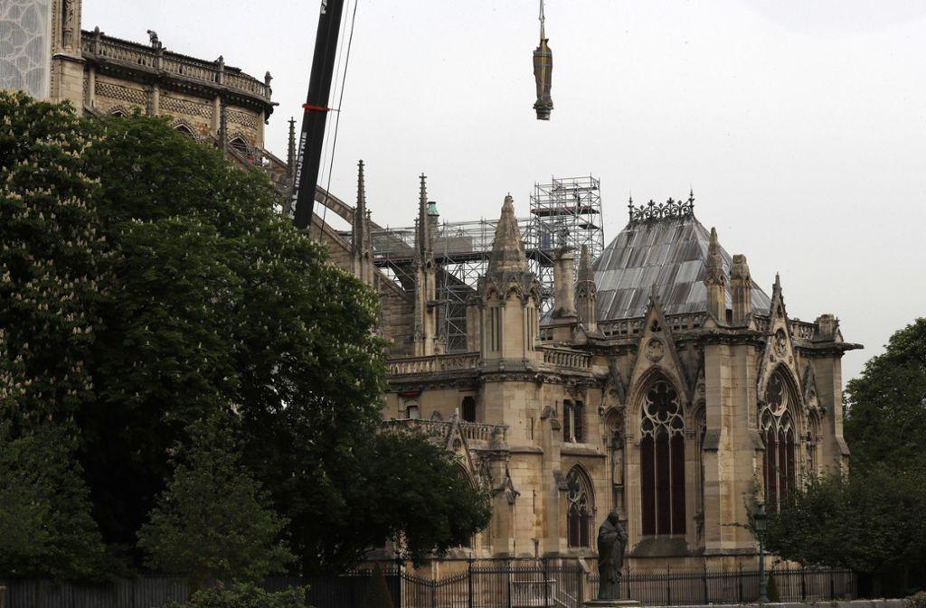 Die Kathedrale soll vor kommendem Regen geschützt werden. Foto: AP
